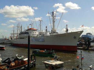 Cap San Diego und Tidenkieker im Hamburger Hafen