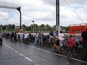 Radfahrer auf Fähre Unterweser